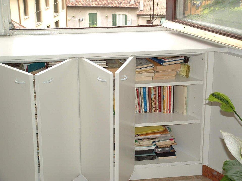 Divano davanti finestra idee per interni e mobili for Telaio della finestra progetta il design della casa