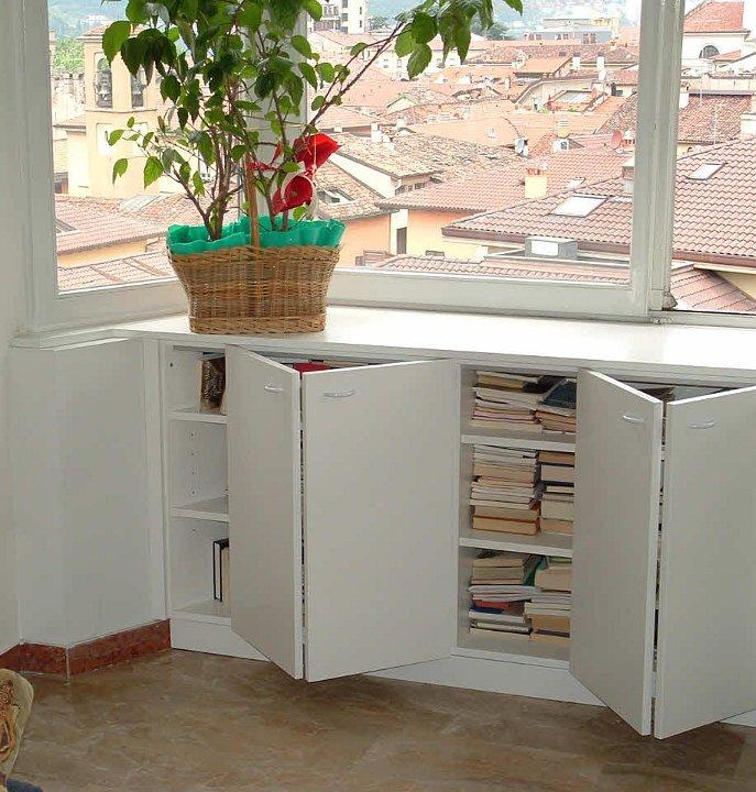 Divano sotto alla finestra idee per il design della casa - Letto sotto finestra ...